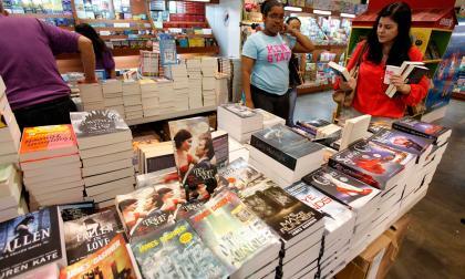Un grupo de personas visita la Feria Internacional de Libro de Panamá.