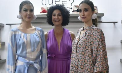 Judy Hazbún (centro) junto a dos modelos que lucen sus diseños de la colección Innecesarios.