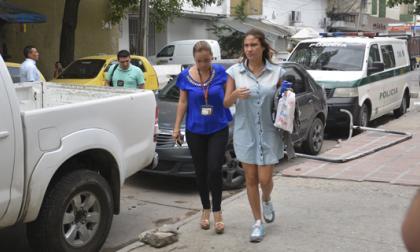 Una agente del CTI conduce la mañana del 30 de septiembre a Donado Ibáñez a la URI de la Fiscalía, en Barranquilla.