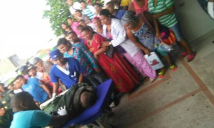 El uniformado cuando era ingresado el martes a un centro asistencial de Maicao.