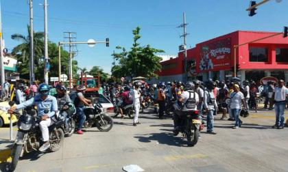 Mototaxistas protestan en Cartagena por extesión de decreto que restringe parrillero hombre