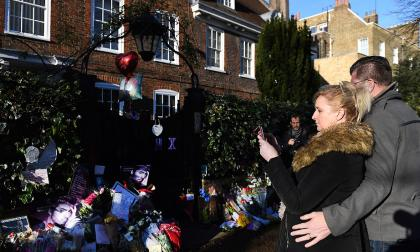 Una pareja se detiene frente a la residencia de George Michael en Londres