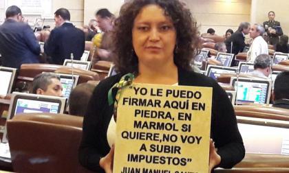 Angélica Lozano, representante de Alianza Verde, con la placa de mármol que regaló a minhacienda.