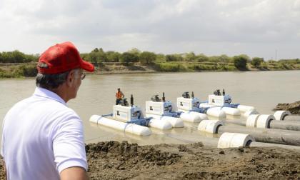 El gobernador del Atlántico, Eduardo Verano, observa una maquinaria en el embalse del Guájaro.