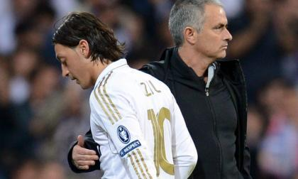 Mesut Özil (10) y José Mourinho durante un encuentro del Real Madrid en la Champions League.