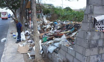 El terreno permanece lleno de escombros y basura