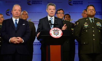 El ministro de Defensa, Luis Carlos Villegas; el presidente Juan Manuel Santos y el general Jorge Nieto, director de la Policía.