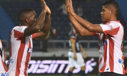 Serje celebra junto a Édinson Toloza al final del juego.