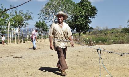Ubaldo Manuel Meza Benítez recorre una de las pocas calles del corregimiento Borrachera, ubicado en el municipio de Ovejas (Sucre).
