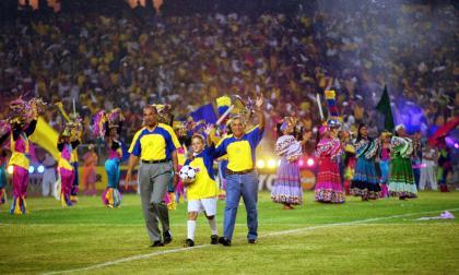 Efraín Sánchez y Marco Coll durante la ceremonia de inauguración de la Copa América de 2001, que se se realizó en el estadio Metropolitano Roberto Meléndez.