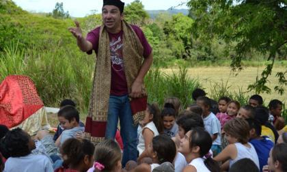 El narrador oral, músico y actor franco-argelino, Kamel Zouaoui.