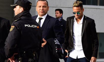 Padre de Neymar dice que intentó disuadirlo para que se quedara en Barça