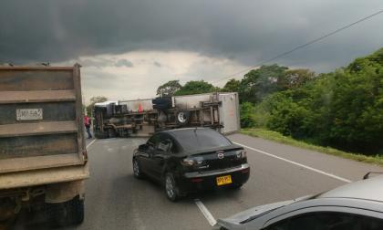 Camión se vuelca por exceso de velocidad en la vía Cordialidad