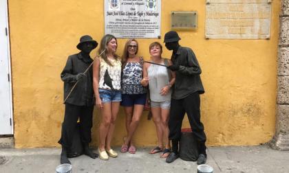 En video   'Estatua humana' roba a turista cuando se iban a fotografiar en el Centro Histórico