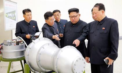 El líder norcoreano Kim Jong-Un inspeccionó el artefacto en el Instituto de Armas Nucleares.