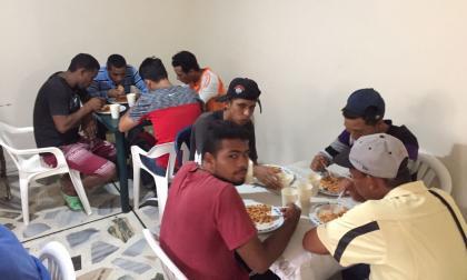 Un grupo de venezolanos almorzando.