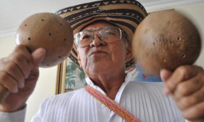 El músico y folclorista Efraín Mejía Donado toca las maracas.