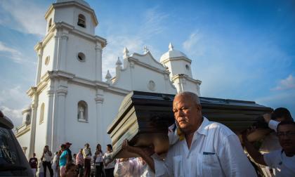Desde la salida de la iglesia San Antonio de Padua, los seguidores del maestro lo acompañaron hasta el Cementerio Central.