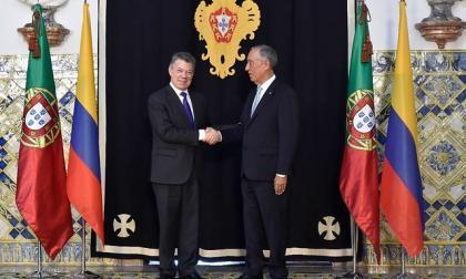 Juan Manuel Santos,  junto al presidente de Portugal, Marcelo Rebelo de Sousa.