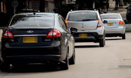 Tres vehículos con placas foráneas transitan por las vías de la ciudad.