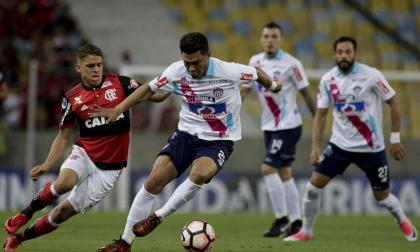 Teófilo Gutiérrez, autor del gol de Junior en el pasado encuentro, dominó la pelota ante la marca de Gustavo Cuéllar.