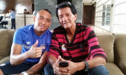 Jarlan Barrera junto a su abuelo materno Julio Escalona.