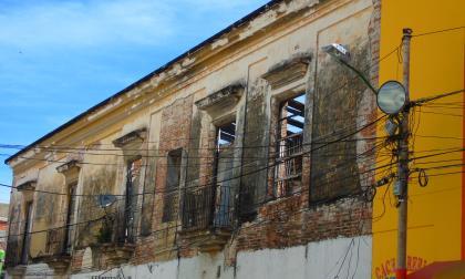 Fachada de una casa en ruinas.
