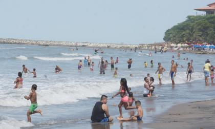 Bañistas en las playas de Pradomar, Puerto Colombia.