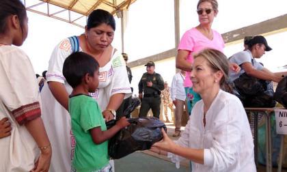 Primera dama, Clemencia de Santos, entregó regalos en la Alta Guajira