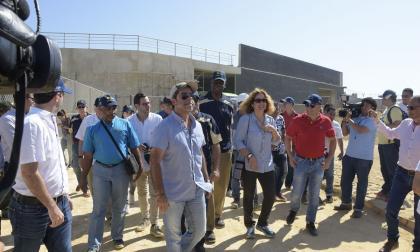 El alcalde Char y el Comité Ejecutivo de la Odecabe durante el recorrido.