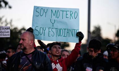 Las protestas de motociclistas están acompañados de carteles.