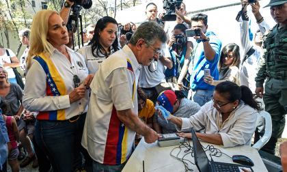 Oposición venezolana recolecta firmas para reinscribir partidos