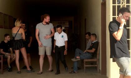 El ministerio de Relaciones Exteriores británico dijo que estaba en contacto con sus nacionales detenidos en Camboya.