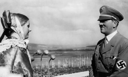 Hitler le sonríe tímidamente a una joven en el Erntedankfest de 1935.