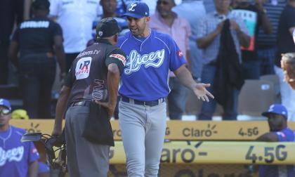 Luis Felipe Urueta, mánager de los Tigres de Licey, protesta ante el ampáyer.