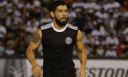 Rodrigo Burgos, volante del Olimpia de Paraguay que necesita permiso especial para salir de su país.