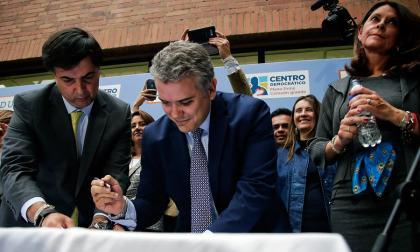Iván Duque (Centro Democrático) inscribió la tarde de este viernes como candidato a la Presidencia de Colombia. Lo acompañó su fórmula a la vicepresidencia, Marta Lucía Ramírez.