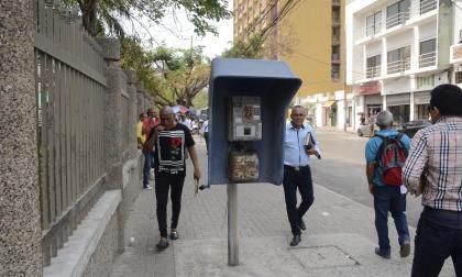 Esta cabina telefónica, ubicada en la calle 40 entre cras. 44 y 45, se encuentra sin uso desde hace más de 15 años. Afecta el desplazamiento.
