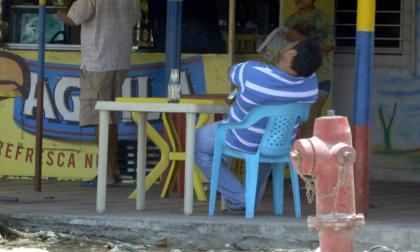 Un hombre toma una cerveza en un establecimiento.