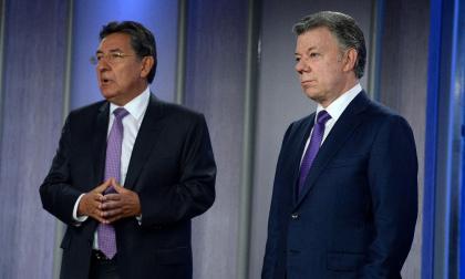El presidente Santos junto al fiscal Martínez durante una rueda de prensa.