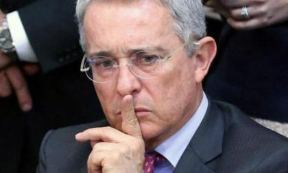 Fiscalía abre proceso contra tuitera que amenazó a Uribe