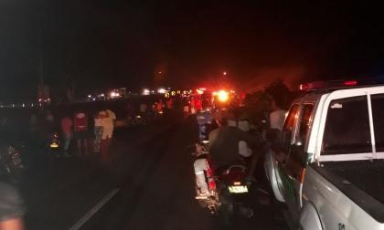 Camión cargado con combustible se incinera en la Troncal y llamas consumen una casa