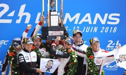 El equipo de Toyota celebrando su triunfo en Le Mans.