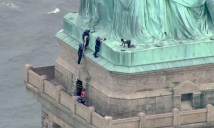 Mujer trepó a la base de Estatua de la Libertad y obligó a cerrarla al turismo