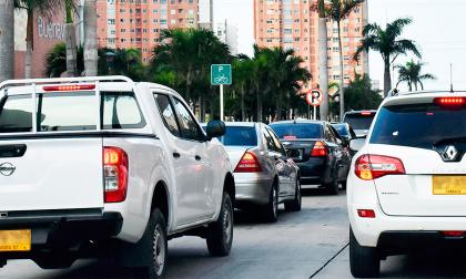 Dos vehículos transitan con placas foráneas por una calle del norte de la ciudad.