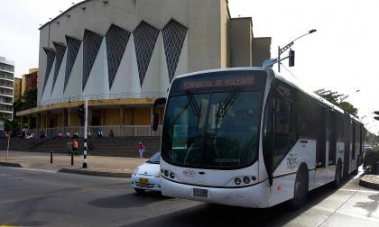 Bus articulado de Transmetro circula por la Plaza de la Paz con destino al Portal de Soledad.