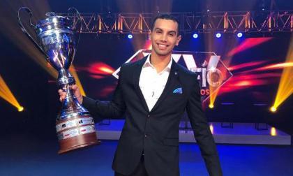 'Olímpico' con el trofeo de ganador.