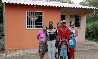 La familia Pulido frente a su nueva vivienda.