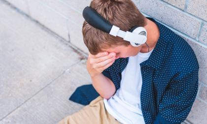 La comunicación entre los padres o cuidadores y los hijos es clave para identificar las señales, dicen.