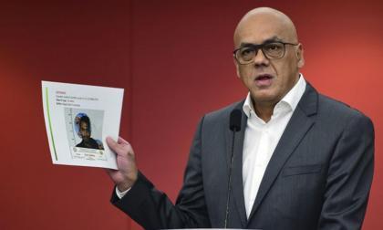 El ministro de Comunicación, Jorge Rodríguez, muestra una fotografía del militar Rafael Ernesto Díaz Cuello.